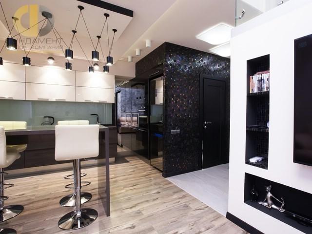 Двухуровневая четырехкомнатная квартира. Фото кухни с барной стойкой