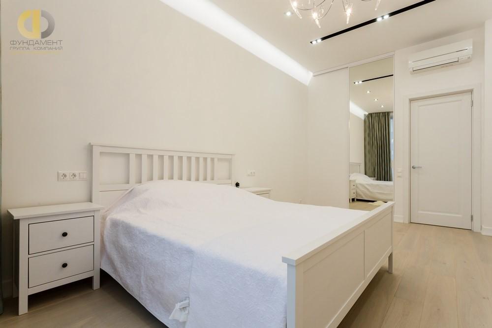 Белая спальня в квартире после ремонтных работ