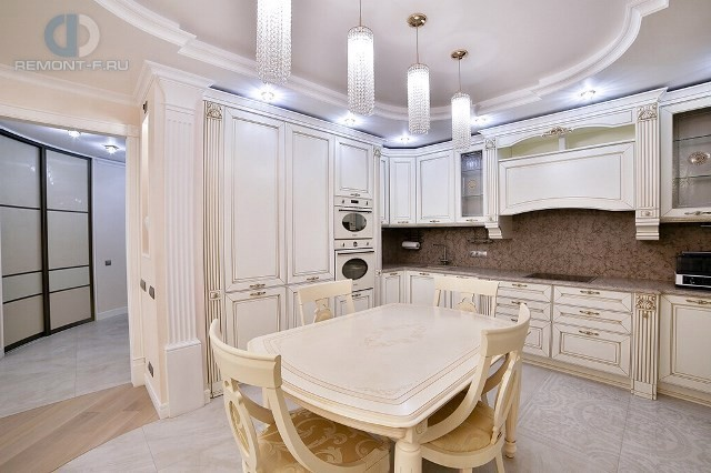 Ремонт с нуля бежевой кухни в стиле неоклассика