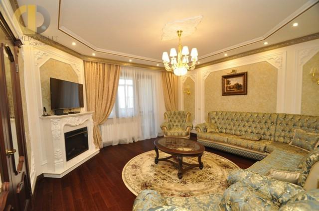 Гостиная в стиле классика с лепниной и камином