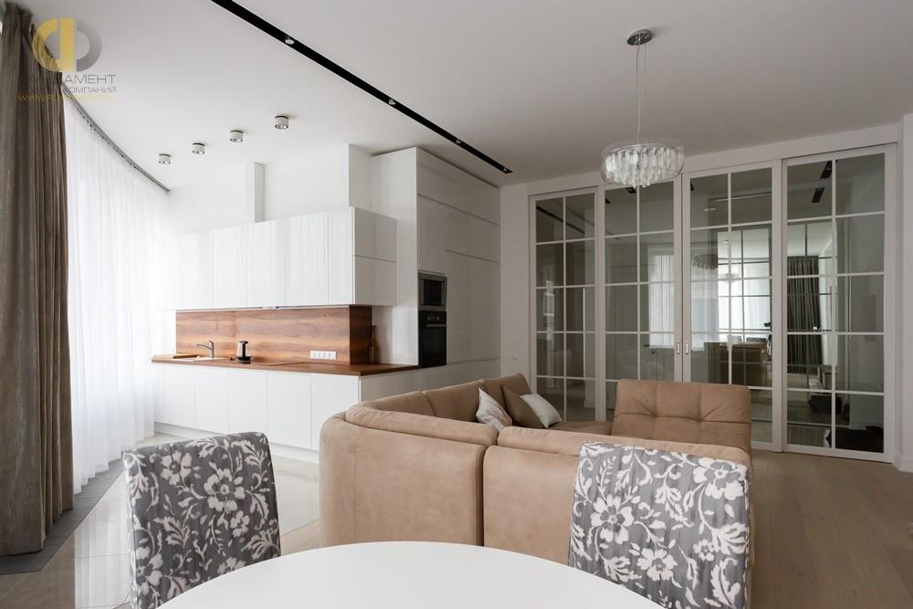 Интерьер кухни-гостиной с раздвижными дверьми