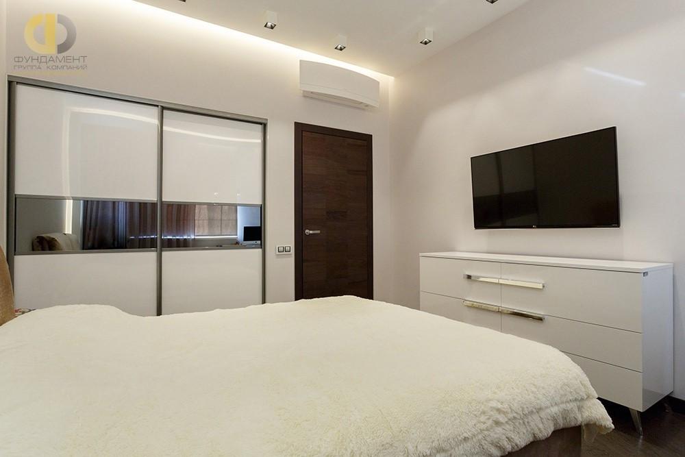 Красивый интерьер белой спальни