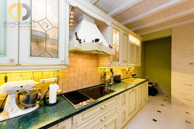 Мебель в стиле прованс в интерьер кухни трехкомнатной квартиры на Мосфильмовской