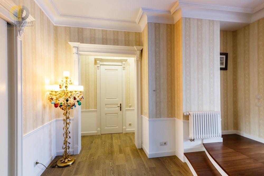 Дизайн интерьера коридора с белой отделкой