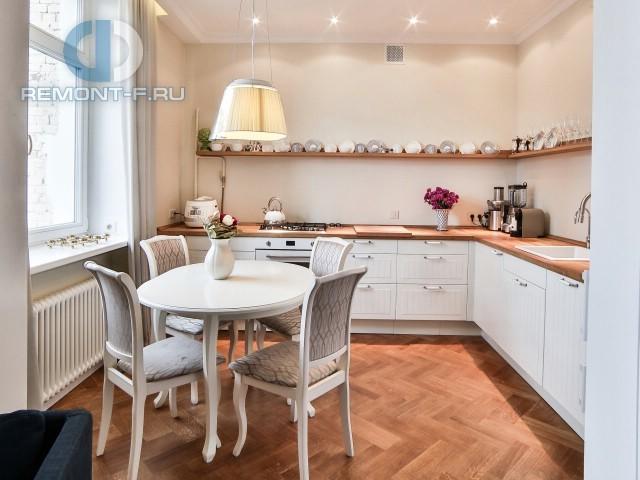 Интерьер белой прованской кухни в квартире 56 кв. м Малом Тишинском переулке