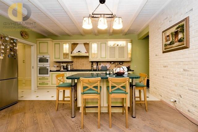Просторная кухня в стиле прованс в трехкомнатной квартире на Мосфильмовской