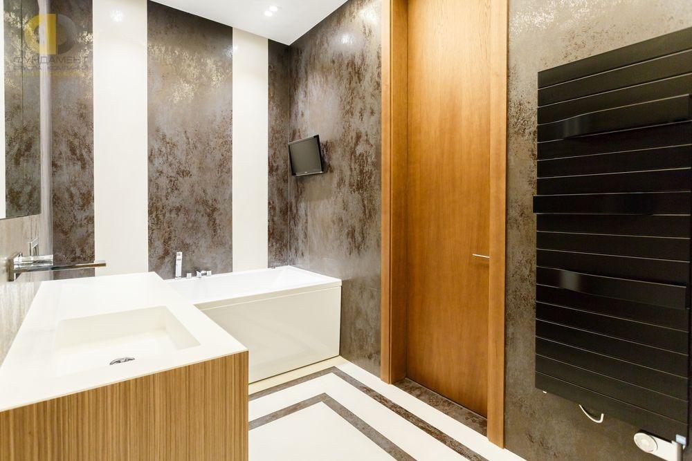 Интерьер ванной комнаты с дверью из дуба