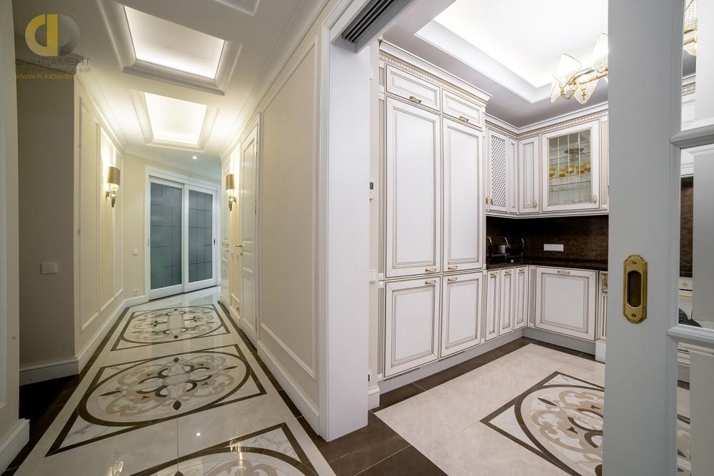 Интерьер коридора с красивыми дверями
