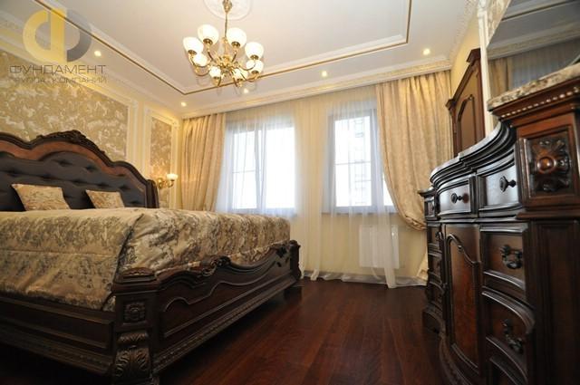 Дизайн классической спальни с темной резной мебелью в квартире на Кировоградской