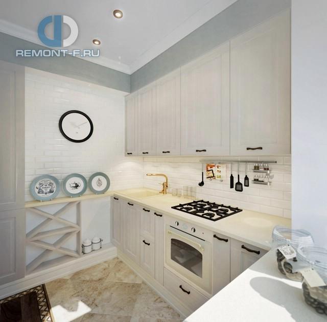 Дизайн бело-голубой кухни в стиле прованс с оригинальной деревянной полкой