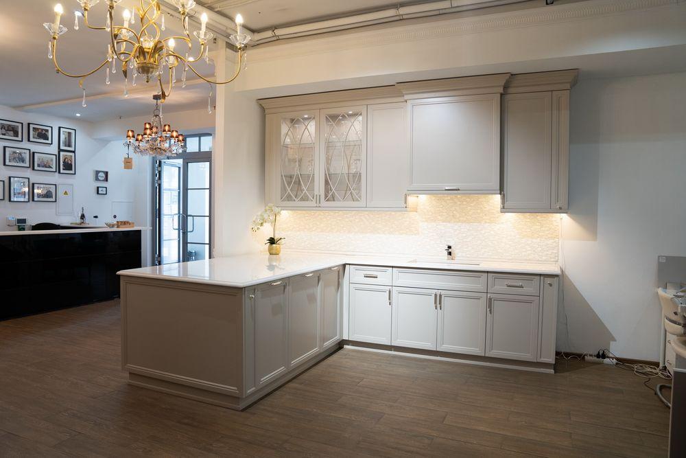 петляя, спускалась белая кухня в стиле неоклассика фото только