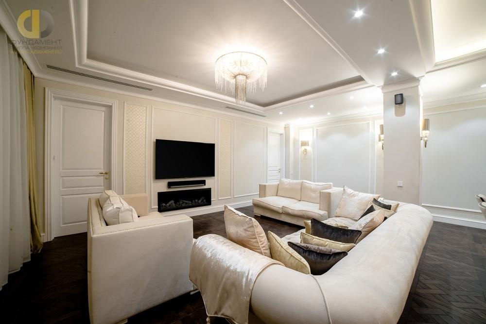 Гостиная в стиле неоклассика с белыми дверьми