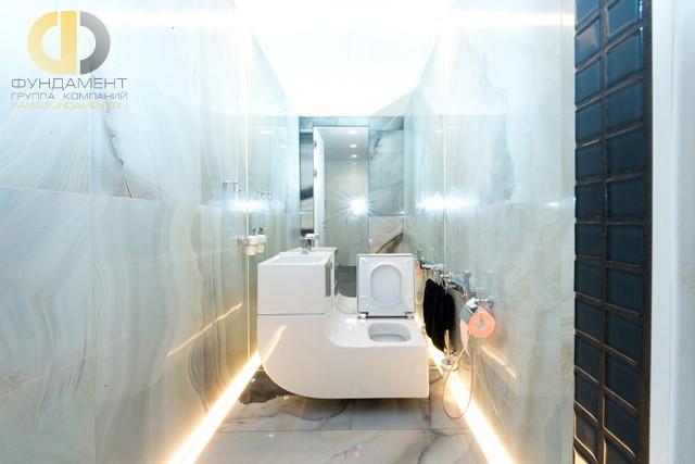 Мраморный пол в ванной комнате