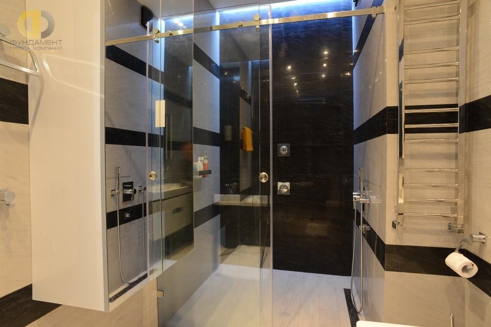 Белый керамогранит в дизайне пола в ванной комнате