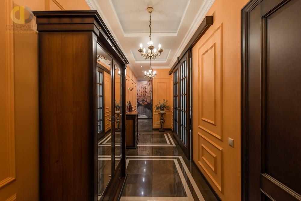 Красивый интерьер коридора с коричневыми дверьми