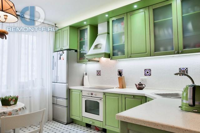 Кухня в стиле прованс с яркой мебелью в квартире на ул. Кастанаевской