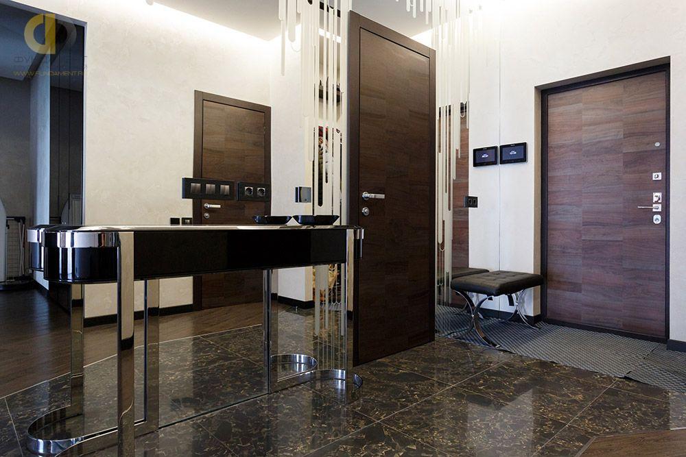 На фото:Интерьер прихожей в квартире в стиле ар-деко