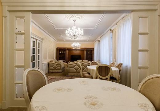Столовая в стиле классицизм, фото интерьера