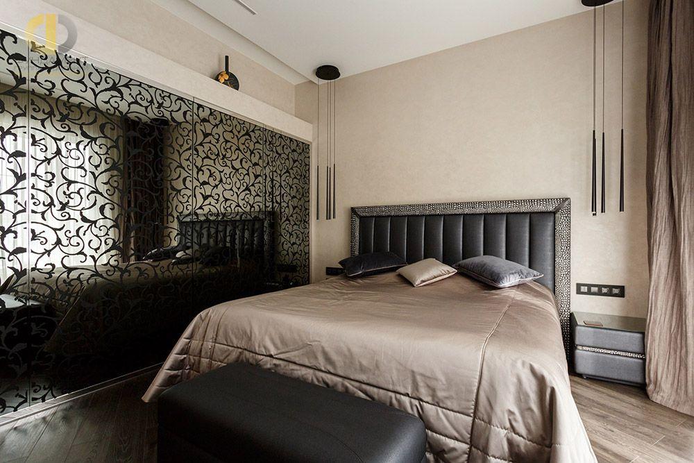 На фото:Интерьер спальни в квартире в стиле ар-деко