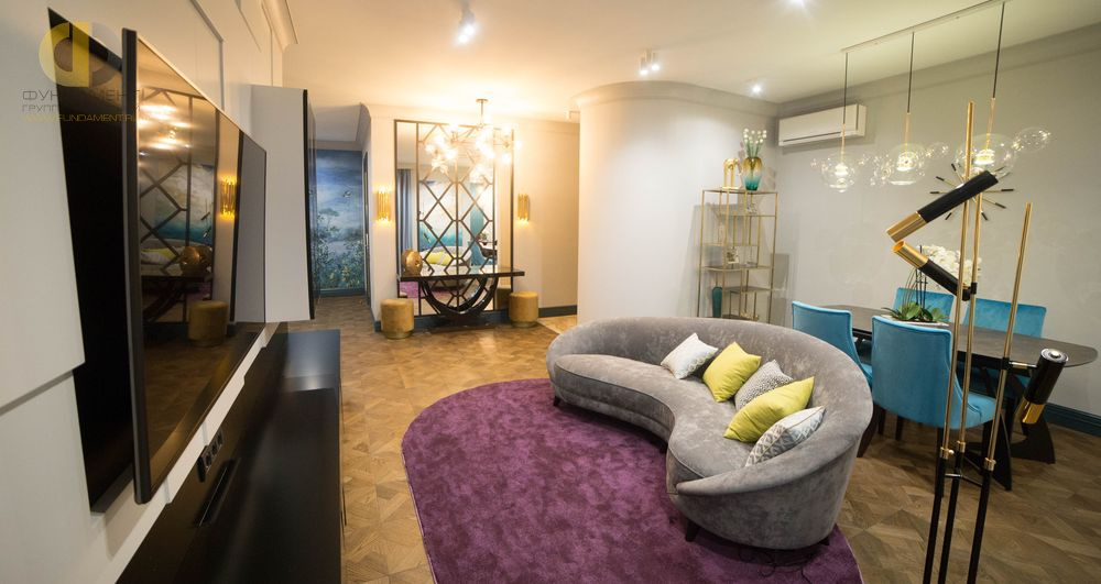 На фото: Интерьер гостиной в квартире в стиле фьюжн