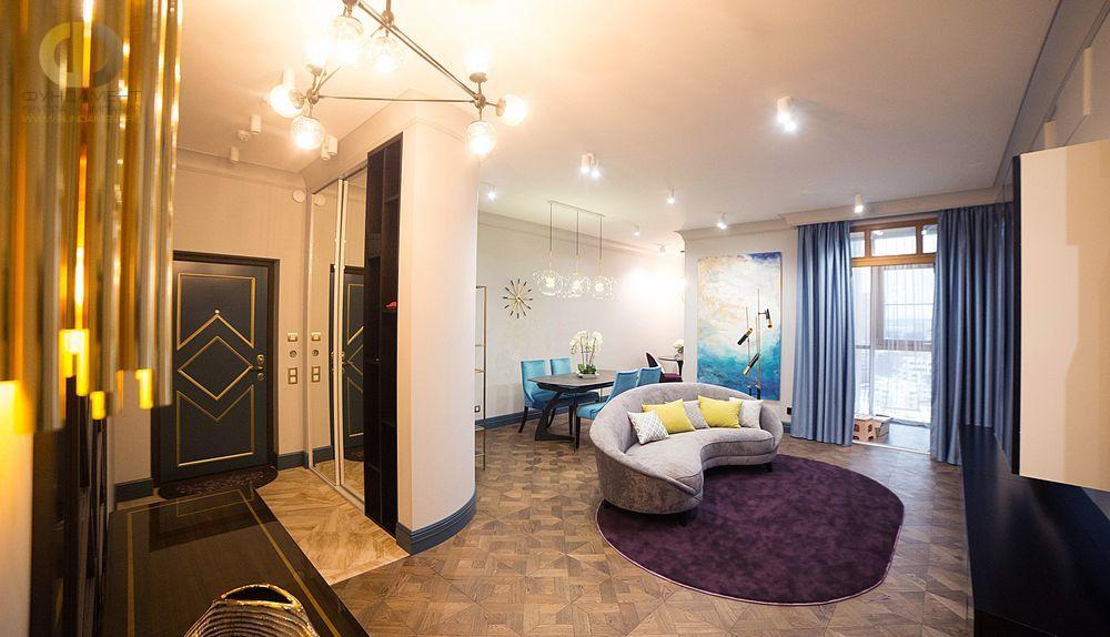 На фото: Интерьер прихожей в квартире в стиле фьюжн